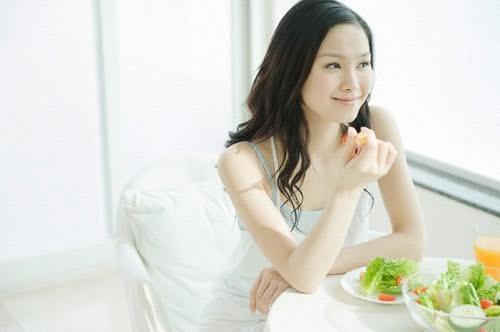 Ăn nhiều rau xanh và trái cây là một trong những biện pháp giúp bạn 'đẩy lui' nhiều chứng bệnh. (Ảnh minh họa)