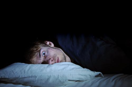 Người bị mất ngủ rất nhạy cảm với âm thanh, ánh sáng