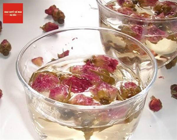 Trà hoa cúc và hoa hồng khô có tác dụng thanh nhiệt, giải độc cho da