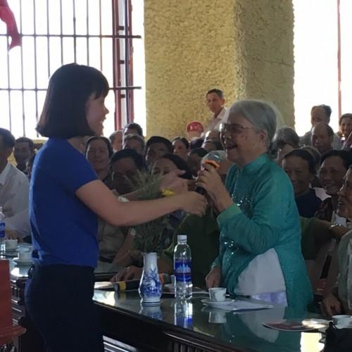 Bà mẹ Việt Nam anh hùng hào hứng tham gia trả lời câu hỏi của hội thảo