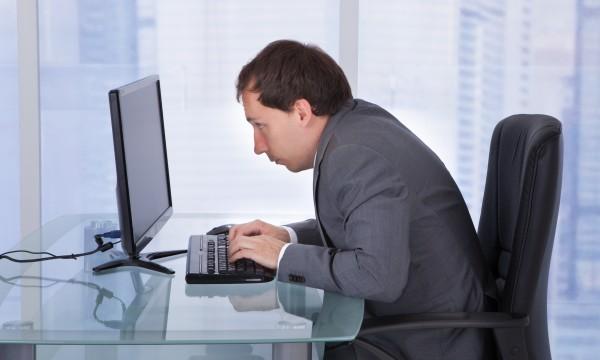 ngồi máy tính sai tư thế cũng bị tê nhức chân tay