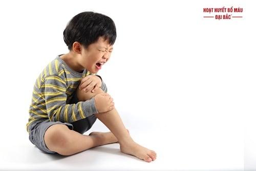 Trẻ bị nhức mỏi chân tay phải làm sao