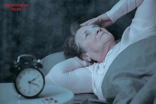 Tại sao người già hay mất ngủ