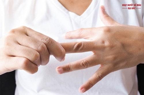 Tê bàn tay ở tuổi trung niên